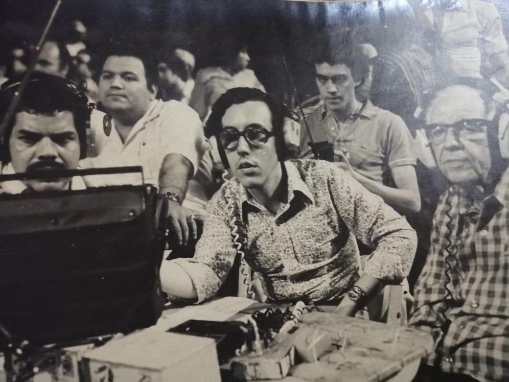 Foto captada por el excepcional reportero gráfico Antonio Nuñez, (fallecido el 24 de junio de 2017), quien tuvo la gentileza de obsequiarnos este material en un hermoso cuadro junto a otras instantaneas, Nene (en esa época con tupido bigote, tipo charro), comparte una de las tantas transmisiones de Corporación Deportiva Fenix en 1979 (primero de la izquierda), la lado de los García (padre hijo). Detrás Mario Rubén Galeano y Dino Sanabria.